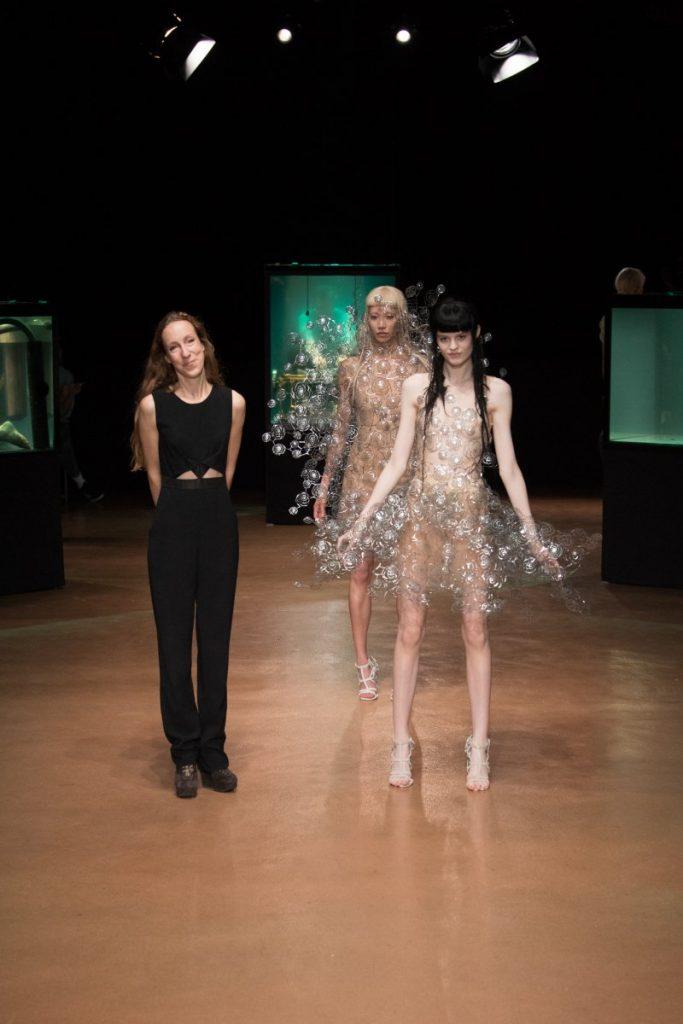 지난 7월 3일 파리에서 공개된 이리스 반 헤르펜의 2017/2018 F/W 오트 쿠튀르 컬렉션